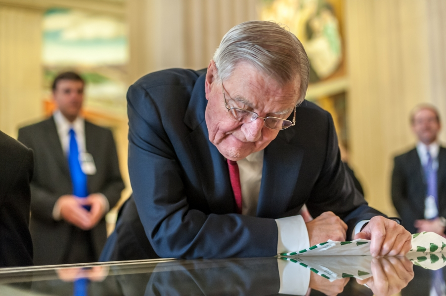 Former Vice President Walter Mondale admires the petition written by Clarence Gideon 50 years ago.