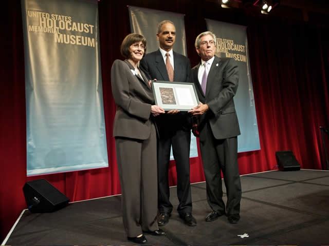 The Attorney General accepts a plaque of thanks from Holocaust Museum executives