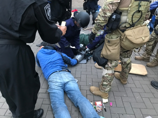 """FPS Officers Separate Demonstrators Connected at Wrist by """"Sleeping Dragon"""" Device"""